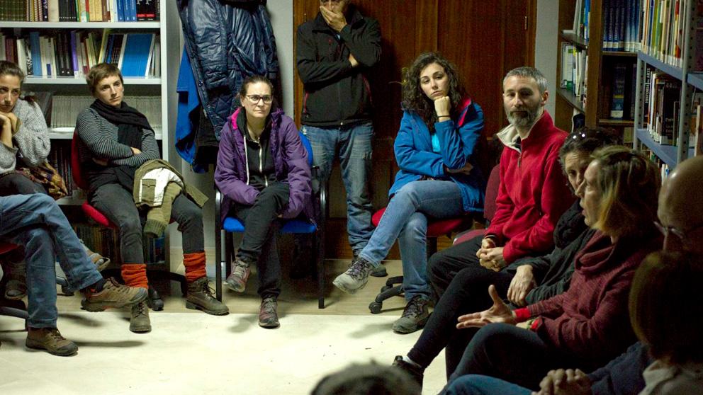 Charla después de la proyección del documental Demain en el pueblo de Quentar. Foto: GET.