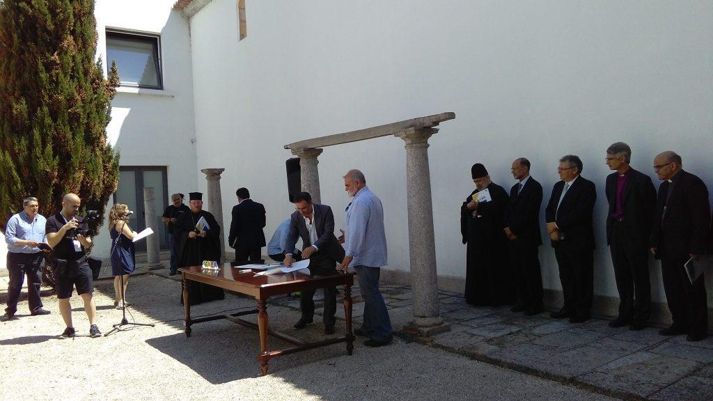 Representantes políticos y religiosos firmando la Carta de Gaia
